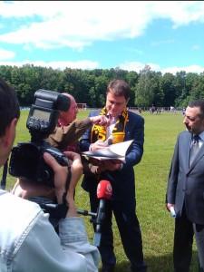 Губернатору Тульской области подарили шарф ефремовского Меча